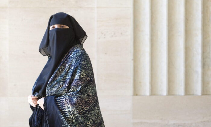 Zaynab Khadr, sister of Omar Khadr, leaves court during a break in hearings in Federal Court in Ottawa, on June 23, 2009. (Adrian Wyld/The Canadian Press)