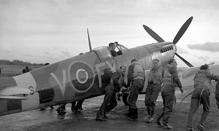 The aircrew of 611 West Lancashire Squadron push a Spitfire at Biggin Hill, England, in late 1942. (Public domain)
