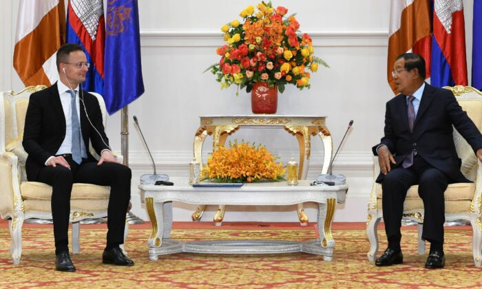 Hungarian Foreign Minister Peter Szijjarto (L) talks with Cambodian Prime Minister Hun Sen (R) during a meeting at Peace Palace in Phnom Penh, Cambodia, on Nov. 3, 2020. (Pool Photo via AP)