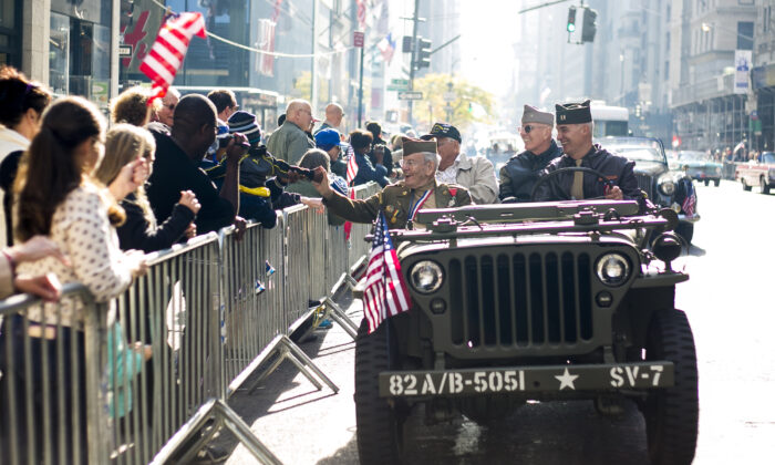 Service members greet the crowd at the New York Veterans Day Parade in Manhattan on Nov. 11, 2014. (Samira Bouaou/The Epoch Times)