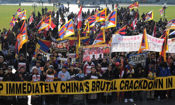 Tibetans and their supporters from Ontario and Quebec rally on the Hill during a global day of action on Parliament Hill in Ottawa on Nov. 2, 2011. (Sean Kilpatrick/The Canadian Press)
