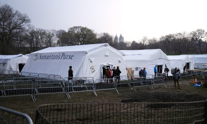 Members of the international Christian humanitarian organization Samaritans's Purse put the finishing touches on a field hospital in New York's Central Park in New York City on March 30, 2020. (Spencer Platt/Getty Images)