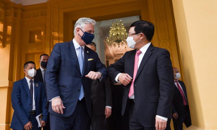 U.S. National Security Advisor Robert O'Brien greets delegates in a meeting in Hanoi, Vietnam, on Nov. 21, 2020. (U.S. Embassy Hanoi)