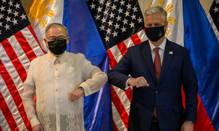 Philippines' Secretary of Foreign Affairs Teodoro Locsin Jr., left, poses with U.S. national security adviser Robert O'Brien during a ceremony in Manila, Philippines, on Nov. 23, 2020. (Eloisa Lopez/Reuters)