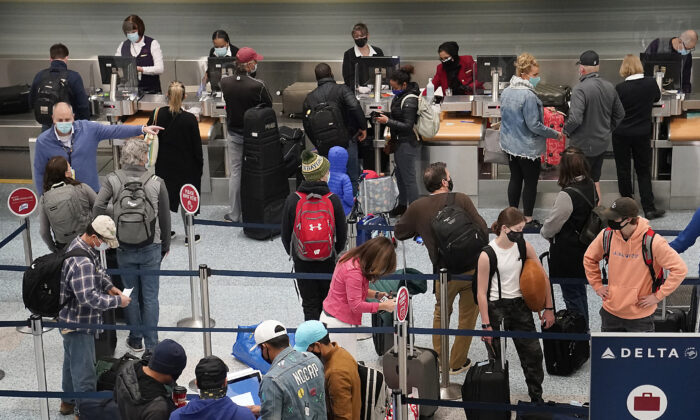 Holiday travelers crowd the ticketing area of terminal one at Minneapolis−Saint Paul International Airport in Minneapolis, Minn., on Nov. 25, 2020. (David Joles/Star Tribune via AP)