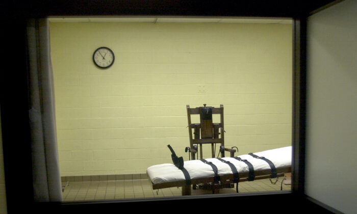 A view of the death chamber from the witness room at the Southern Ohio Correctional Facility, in Lucasville, Ohio, on Aug. 29, 2001. (Mike Simons/Getty Images)