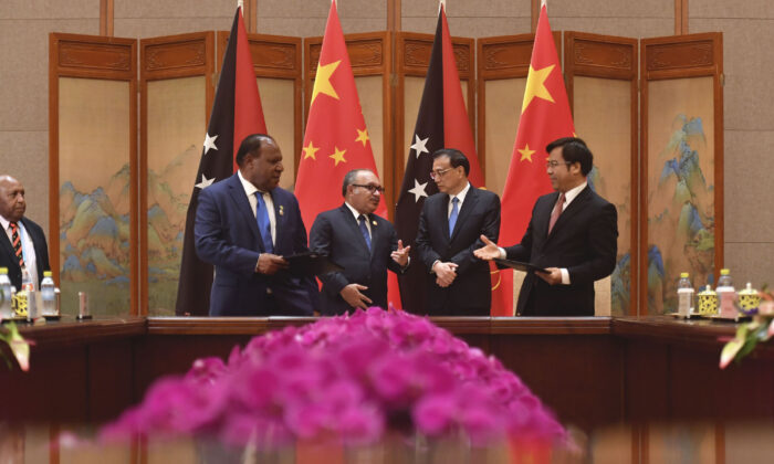 Papua New Guinea Prime Minister Peter O'Neill, back left, attends a signing ceremony with Chinese Premier Li Keqiang, back right at the Diaoyutai State Guesthouse in Beijing, China on April 26, 2019. (Kyodo News/Parker Song, Pool).