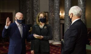 Democrat Mark Kelly Sworn in to US Senate After Defeating McSally