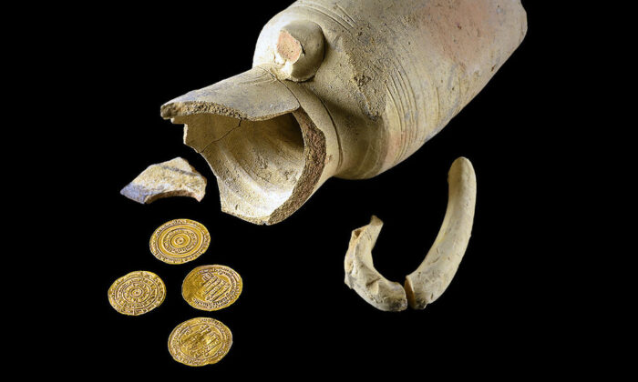 The juglet and the gold coins. (Photo: Dafna Gazit, Israel Antiquities Authority)