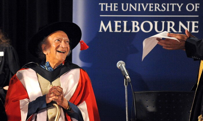 Sitar legend, composer, teacher and writer, Ravi Shankar receives the University of Melbourne's highest honour, the degree of Doctor of Laws, at a special conferring ceremony in Melbourne on March 19, 2010. (WILLIAM WEST/Getty Images)