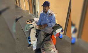 Homeless Veteran Stranded in Strange Town After Getting Scammed–Until Local Police Lend a Hand