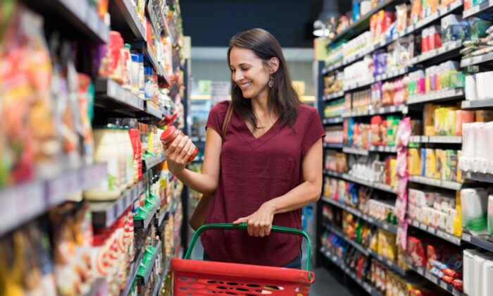 When you're grocery shopping, combining small, simple tips can add up to significant savings. (Rido/Shutterstock)