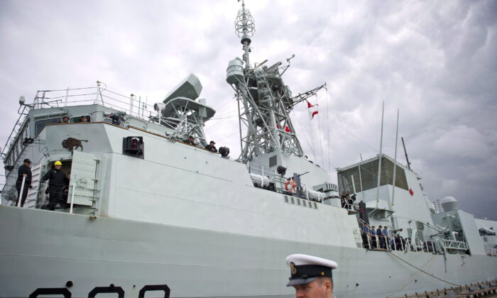 Canada's navy warship HMCS Winnipeg sits dockside in Vancouver, B.C., Canada, on June 10, 2014. (Jimmy Jeong/The Canadian Press)
