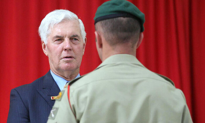 "Governor-General Michael Jeffery (L) speaks with Australian Army Commando Corporal ""B"" (R) during a ceremony to present him with the Medal Of Gallantry at the Holsworthy Barracks in the outer south-western suburbs of Sydney, 26 November 2006. (TROY BENDEICH/Getty Images)"