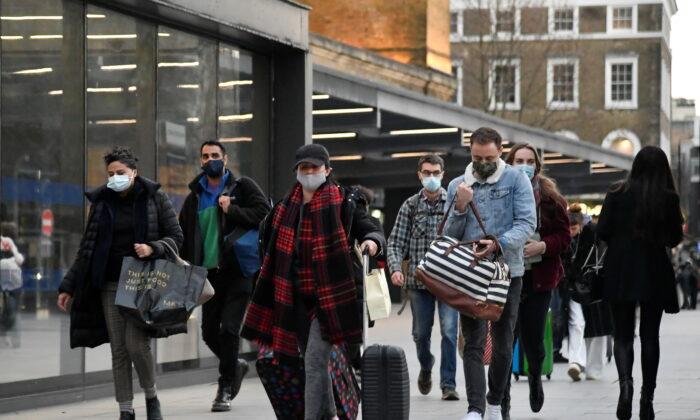 Travelers walk in London, UK, on Dec. 20, 2020. (Toby Melville/Reuters)