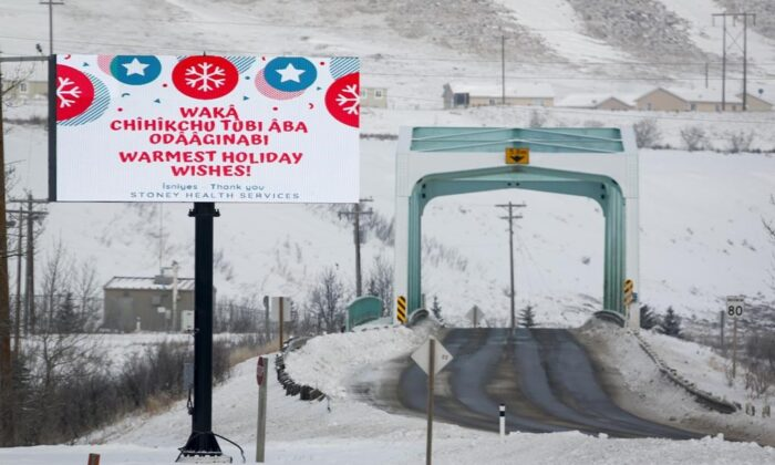 A sign in Stoney and English proclaims holiday wishes in Morley, Alta., on Dec. 27, 2020. (The Canadian Press/Jeff McIntosh)