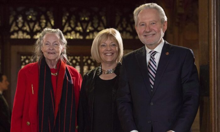 Nancy Hartling (centre) stands with Senator Peter Harder and Senator Elain McCoy before being sworn in during a ceremony in the Senate on November 15, 2016 in Ottawa. (The Canadian Press/Adrian Wyld)