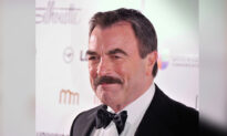 Tom Selleck Tips Server $2020 in Viral 'Tip Challenge' Just Days Before 2021