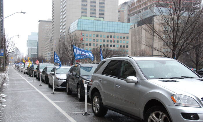 A long line of cars taking part in an rally in support of U.S. President Donald Trump parade from University Avenue to Yonge-Dundas Square in Toronto on Jan. 3, 2020. (Michelle Hu/The Epoch Times)