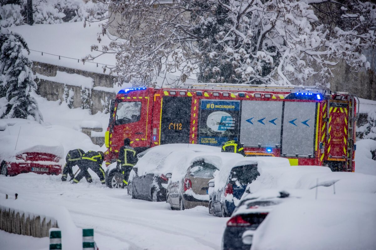 Spain heavy snow_firefighters
