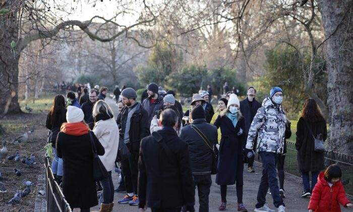 Under Britain's third lockdown in a bid to control surging cases of the CCP virus, people walk in central London on Jan. 9, 2021. (Tolga Akmen/AFP via Getty Images)
