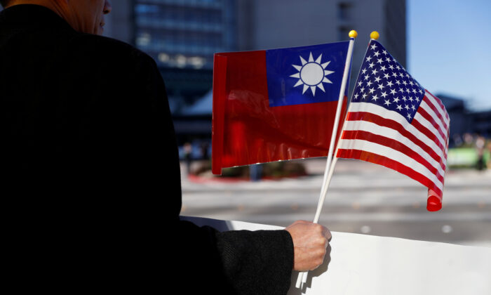 A demonstrator holds flags of Taiwan and the United States in support of Taiwanese President Tsai Ing-wen during an stopover after her visit to Latin America in Burlingame, Calif., on Jan. 14, 2017. (Stephen Lam/Reuters)