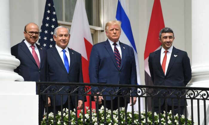 (L-R) Bahrain Foreign Minister Abdullatif al-Zayani, Israeli Prime Minister Benjamin Netanyahu, President Donald Trump, and UAE Foreign Minister Abdullah bin Zayed Al-Nahyan pose from from the Truman Balcony at the White House before they participate in the signing of the Abraham Accords where the countries of Bahrain and the United Arab Emirates recognize Israel, in Washington, on Sept. 15, 2020. (Saul Loeb/AFP via Getty Images)