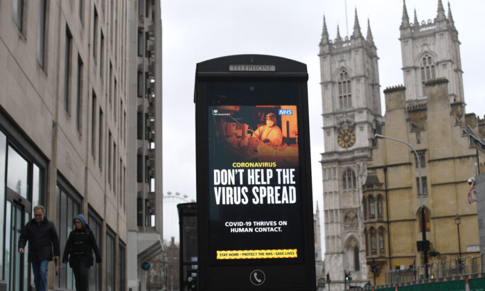 A digital display at a bus station warns pedestrians to follow CCP virus guidelines in central London on Jan. 20, 2021. (Daniel Leal-Olivas/AFP via Getty Images)