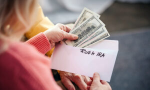 Working Mom Shares Incredible Money-Saving Tip From Dad Who Retired at 54, Takes Leave to Raise Kids