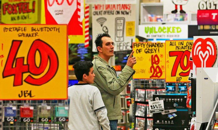A man shops in a JB Hi-Fi store on May 28, 2015 in Melbourne, Australia. (Photo by Scott Barbour/Getty Images)