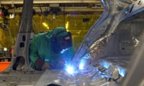 US Unemployment Claims Decrease Modestly; Housing, Factories Underpin Economy