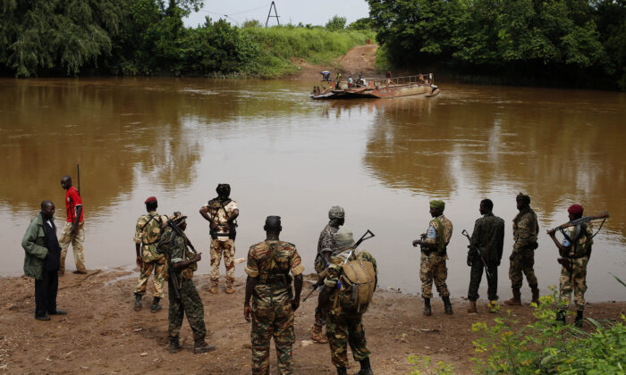 Seleka fighters gather before crossing a river near town of Kuango, close to the border of Democratic Republic of Congo on June. 9, 2014. (Goran Tomasevic/ Reuters)
