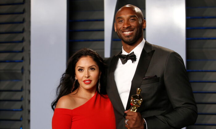 Kobe Bryant holds his Oscar for Best Animated Short, with wife Vanessa at Beverly Hills, Calif., on April 3, 2018. (Danny Moloshok/Reuters)