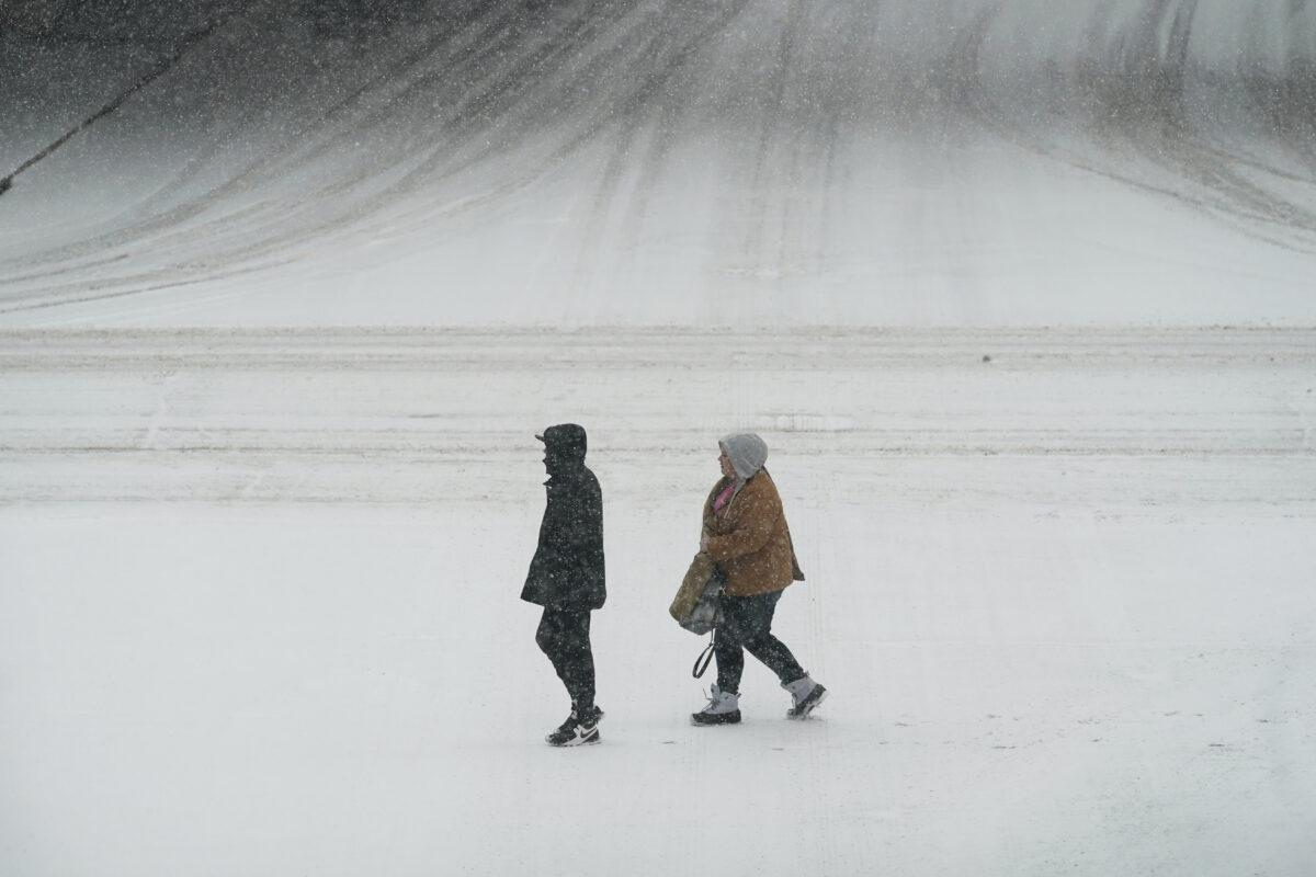 people-walk-in-snow
