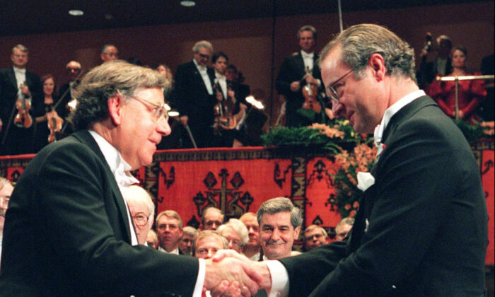 Dutch Professor Paul J. Crutzen (L) receives the Nobel prize for chemistry from Swedish King Carl XVI Gustaf, at the Concert Hall in Stockholm, Sweden, on Dec. 10 1995. (Eric Roxfelt/AP photo)