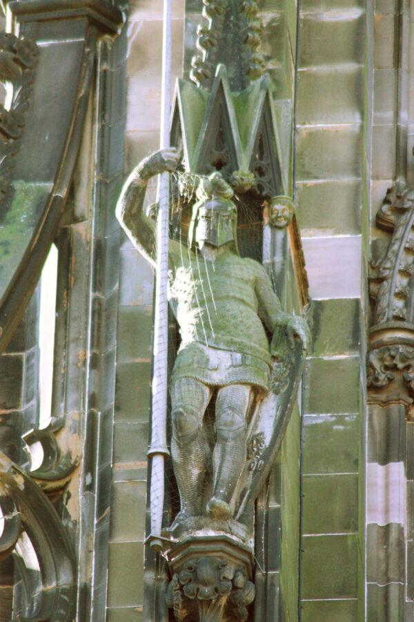 Ivanhoe_as_sculpted_on_the_Scott_Monument,_Edinburgh