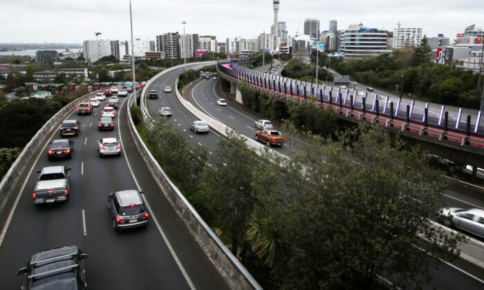 Commute traffic is seen on the first day of New Zealand's new coronavirus disease (COVID-19) safety measure that mandates wearing of a mask on public transport, in Auckland, New Zealand on Aug. 31, 2020. (Fiona Goodall/REUTERS)