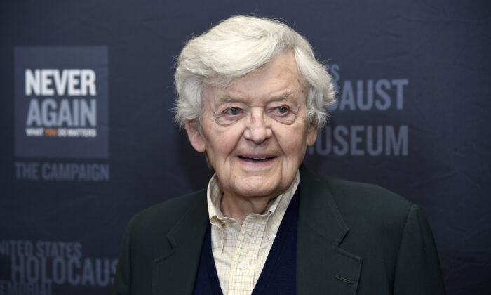 Hal Holbrook arrives at the Los Angeles Dinner in Beverly Hills, Calif. on March 16, 2015. (Chris Pizzello/Invision/AP)