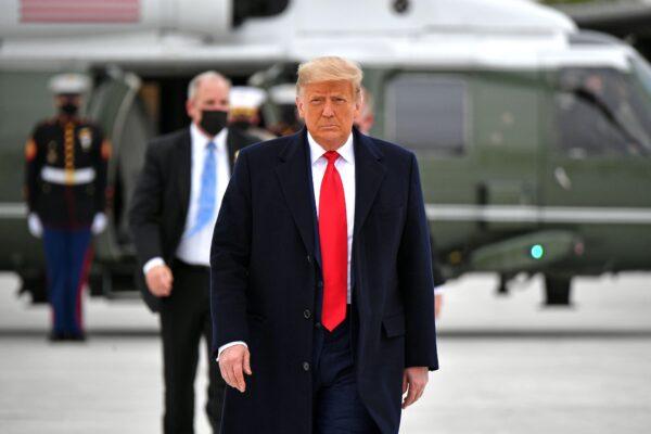 Trump steps off Marine One