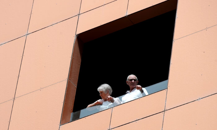 Quarantined hotel quests on the balcony of the Peppers on Waymouth Hotel in Adelaide, Australia on November 18, 2020. (Kelly Barnes/Getty Images)