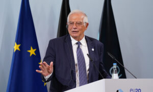EU Expels 3 Russian Diplomats, Defends Envoy's Ill-Starred Moscow Trip