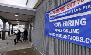 US Jobless Claims Fall Slightly to 793,000 With Layoffs High