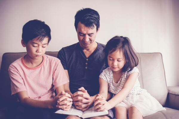 Asian,Children,Praying,With,Their,Father,At,Home,,Parent