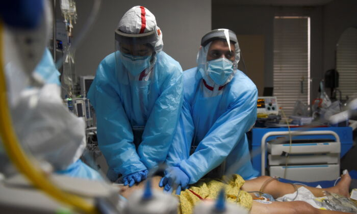 Healthcare personnel perform CPR on a patient inside a coronavirus disease (COVID-19) unit at United Memorial Medical Center in Houston, Texas, on Dec. 12, 2020. (Callaghan O'Hare/Reuters)