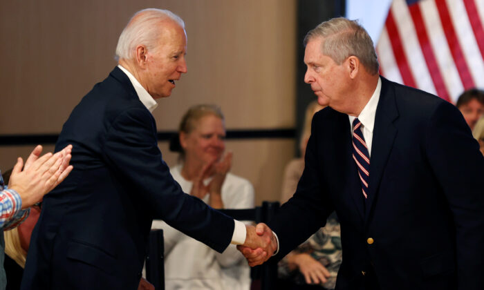 Democratic 2020 U.S. presidential candidate and former Vice President Joe Biden shakes hands with former Iowa Governor Tom Vilsack during a campaign event in Newton, Iowa, U.S. on Jan. 30, 2020. (Mike Segar/Reuters)