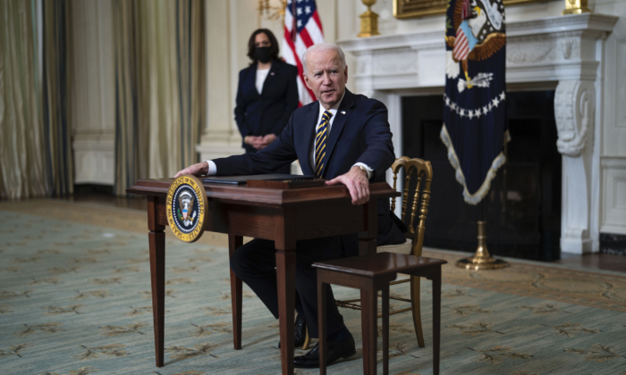 President Joe Biden signs an Executive Order on the economy in the State Dining Room with Vice President Kamala Harris on Feb. 24, 2021. (Doug Mills/The New York Times/Getty Images)