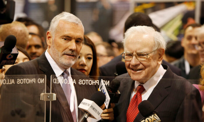 Warren Buffett (R) talks with Mark Donegan, CEO of Precision Castparts, at the Precision Castparts booth in exhibit hall during the Berkshire Hathaway Annual Shareholders Meeting at the CenturyLink Center in Omaha, Nebraska, U.S. on April 30, 2016.  (Ryan Henriksen/File Photo/Reuters)
