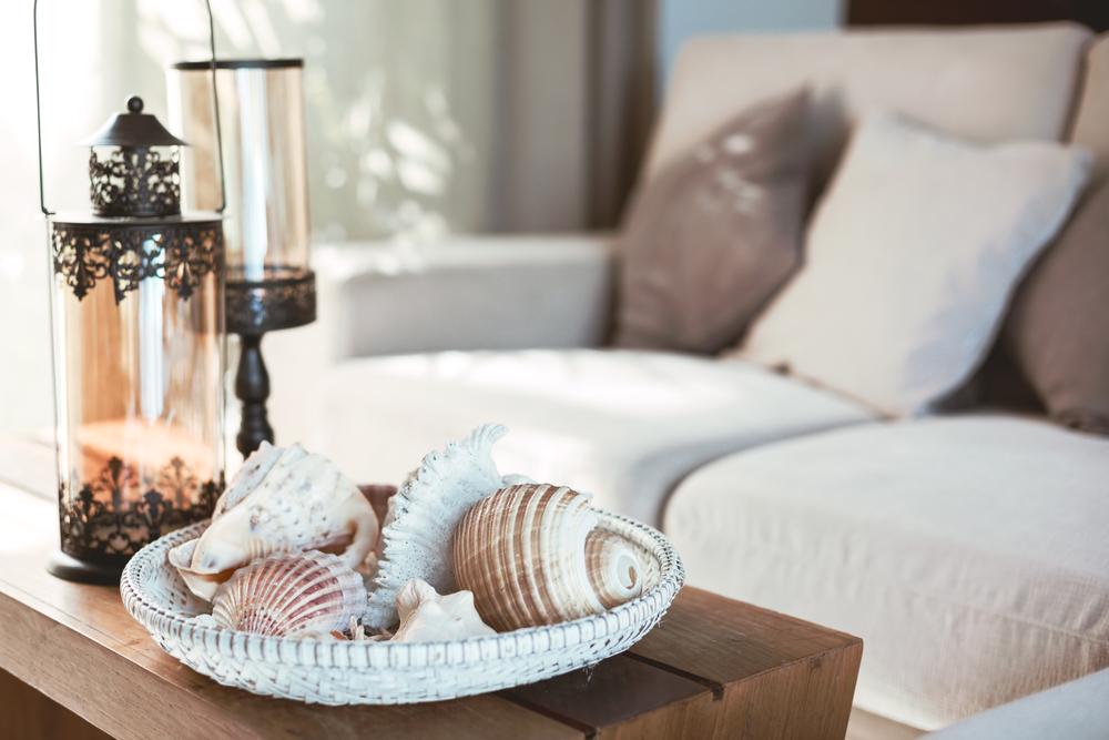 Beach,Interior,Decor:,Sea,Shells,And,Lanterns,On,The,Wooden