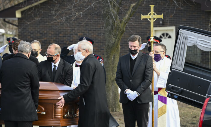 Hockey hall-of-fame legend Wayne Gretzky (2nd R) cries as he watches the casket of his father, Walter Gretzky, be carried from the church during a funeral service in Brantford, Ont., on March 6, 2021. (The Canadian Press/Nathan Denette)