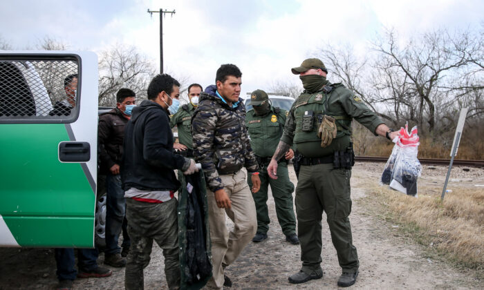 Border Patrol agents apprehend about two dozen illegal immigrants in Penitas, Texas, on March 11, 2021. (Charlotte Cuthbertson/The Epoch Times)
